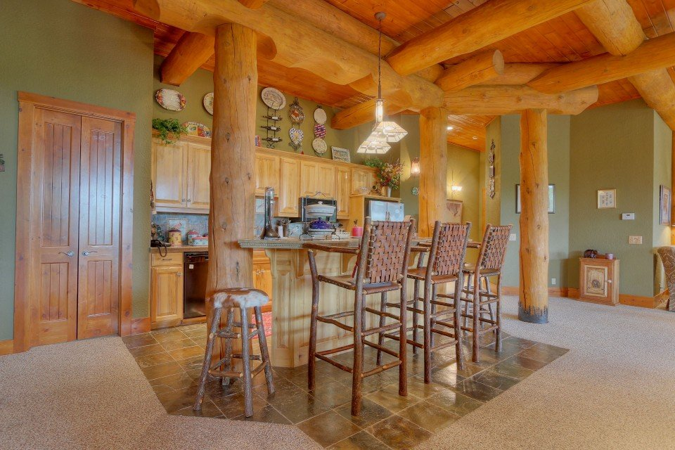 Log Home Suite Dining